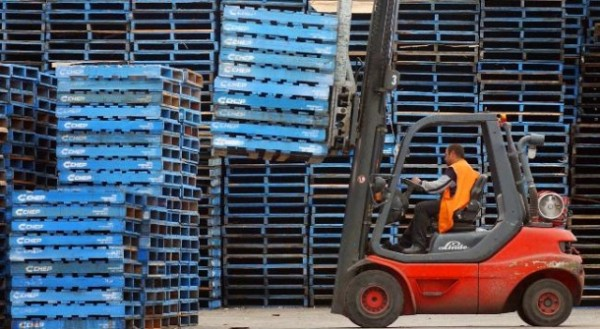 plastic pallets 1 600x329 Guidelines in Selecting the Right Plastic Pallets for the Business